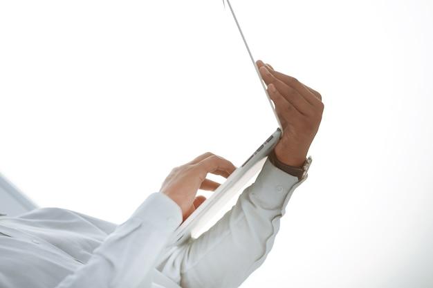 Nahaufnahme. bild eines geschäftsmannes, der einen offenen laptop hält. foto mit textfreiraum
