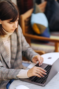 Nahaufnahme bild von frauenhänden tippen und schreiben auf laptop, arbeiten am café. Premium Fotos