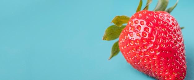 Nahaufnahme bio-erdbeere mit kopienraum
