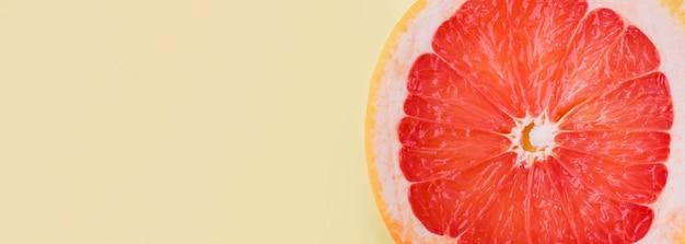 Nahaufnahme bio-grapefruitscheibe mit kopienraum