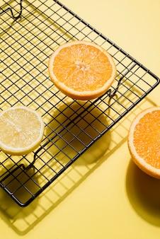 Nahaufnahme bio-orangenscheiben auf dem tisch