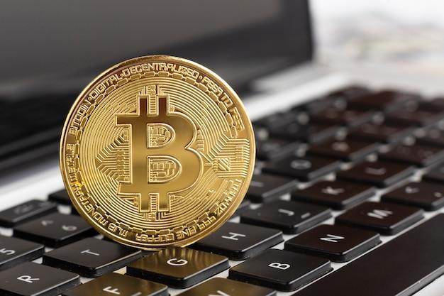 Nahaufnahme bitcoin oben auf tastatur