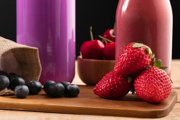 Nahaufnahme blaubeeren und erdbeeren mit smoothie