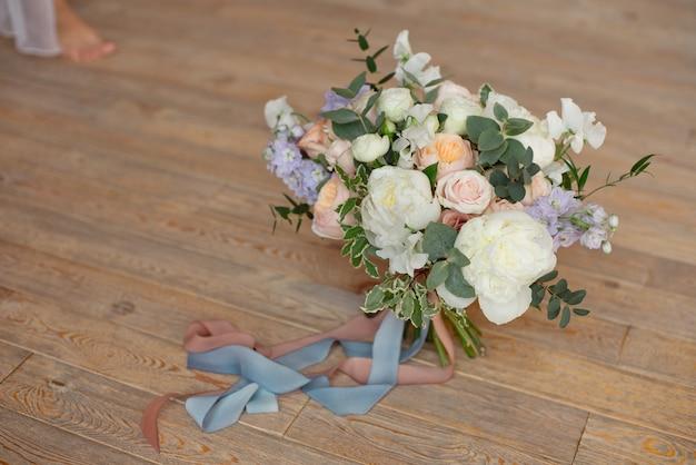 Nahaufnahme bouquet von rosen pfingstrosen freesia dianthus blumen auf dem runden weißen floore drinnen