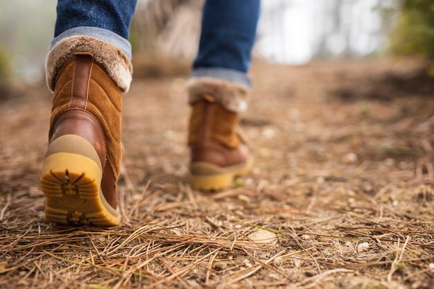 Nahaufnahme braune stiefel in der natur