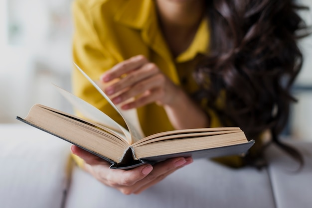 Nahaufnahme brunettefrau mit gelber bluse