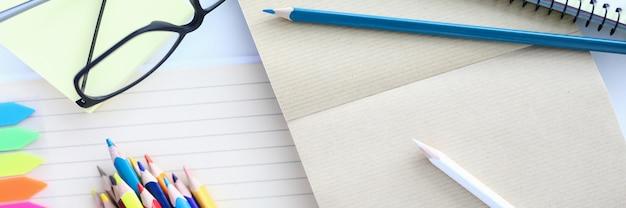 Nahaufnahme buntstifte zum zeichnen von weißen blättern