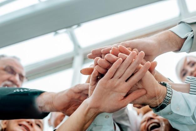 Nahaufnahme. business-team zeigt ihre einheit. das konzept der teamarbeit