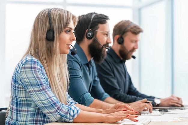Nahaufnahme. callcenter-betreiber verwenden computer, um mit kunden zu arbeiten.