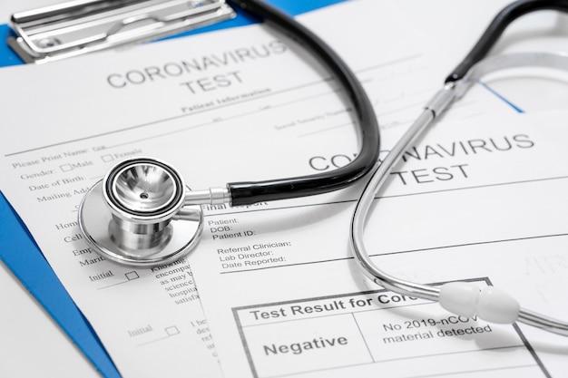 Nahaufnahme coronavirus-test mit stethoskop