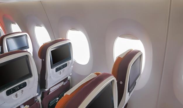 Nahaufnahme das fenster des passagierflugzeugs und der leeren sitze.