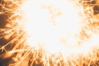 Nahaufnahme der abstrakten brennenden Wunderkerze
