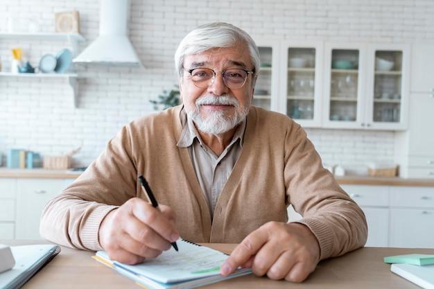 Nahaufnahme der älteren person beim lernen