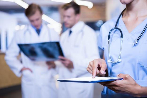Nahaufnahme der ärztin using digital tablet im krankenhaus