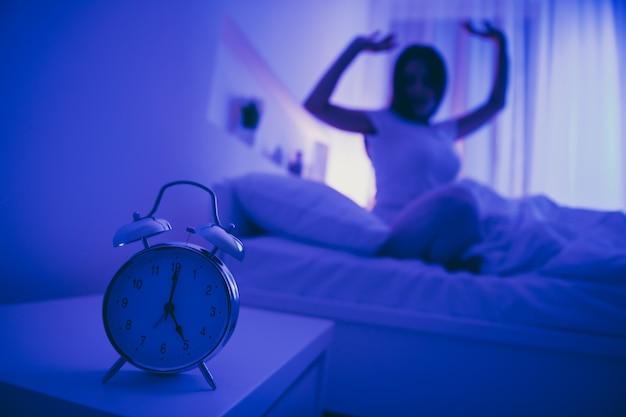 Nahaufnahme der alarmrufglockenuhrfrau wachen auf