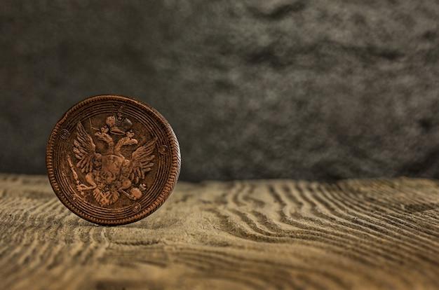Nahaufnahme der alten russischen münze auf einem holz.