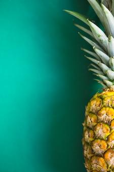 Nahaufnahme der ananas auf grünem hintergrund
