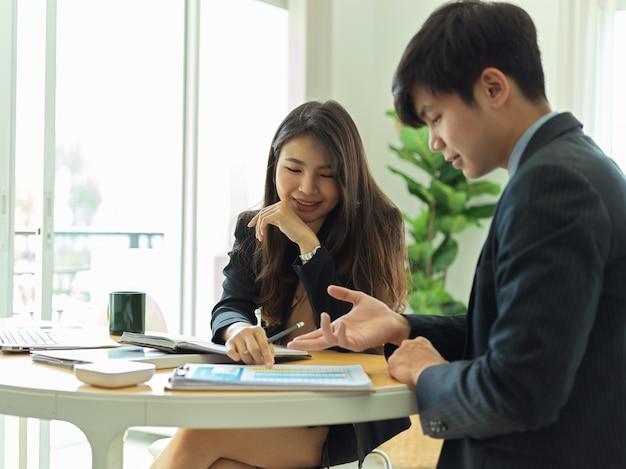 Nahaufnahme der ansicht von geschäftsleuten, die miteinander sprechen, während sie über ihre arbeit diskutieren