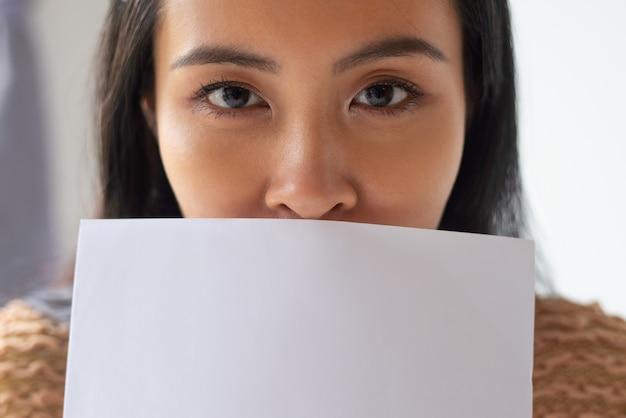 Nahaufnahme der attraktiven asiatischen frau, die papiere hält