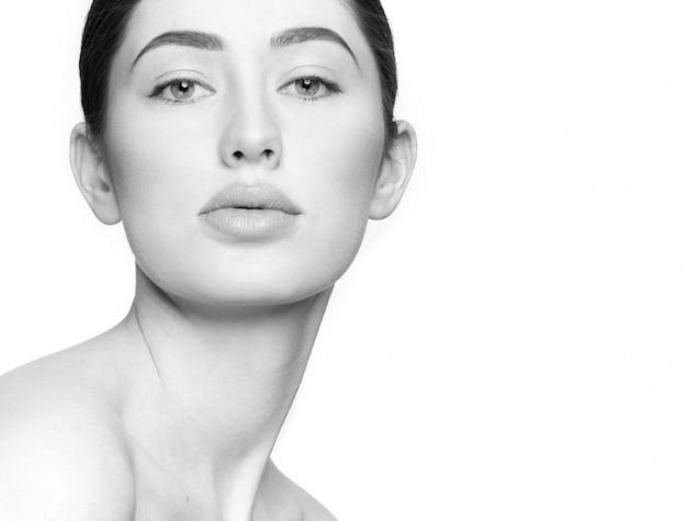 Nahaufnahme der attraktiven jungen frau ohne make-up