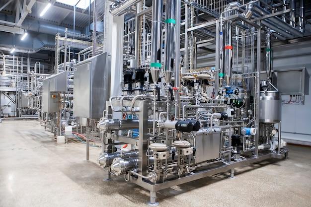 Nahaufnahme der ausrüstung der lebensmittelindustrie. milchverarbeitung