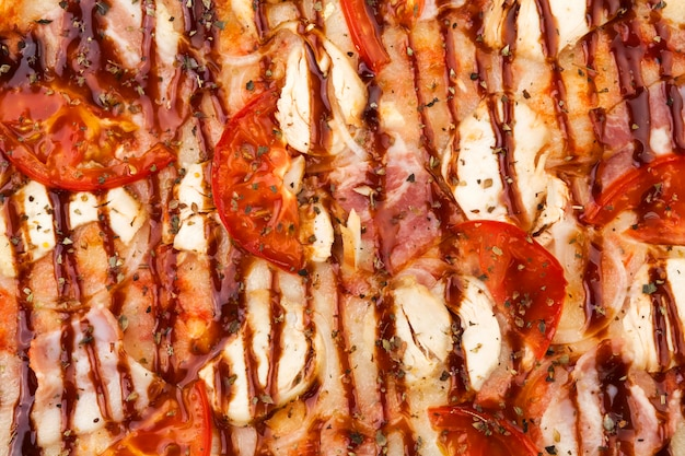 Nahaufnahme der barbecue-hühnerpizza, bbq-pizza-textur