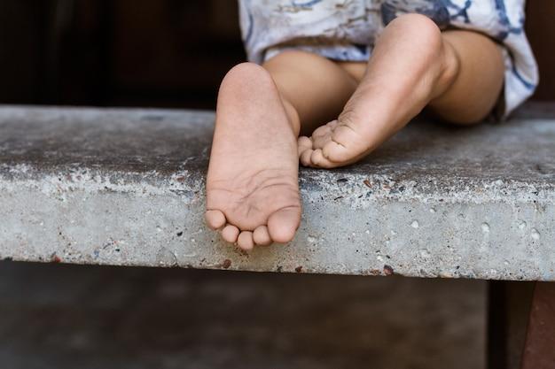 Nahaufnahme der bloßen füße des kindes, horizontale zusammensetzung