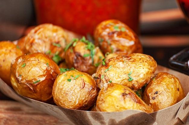 Nahaufnahme der bratkartoffeln mit kräutern gebacken.