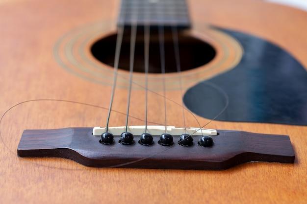 Nahaufnahme der braunen gitarre mit zerrissener schnur