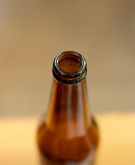 Nahaufnahme der braunen glasflasche, fokus auf den rand