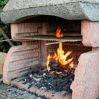 Nahaufnahme der brennenden kohle im grill