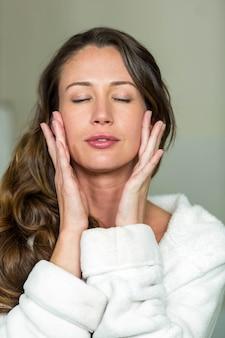 Nahaufnahme der brunettefrau entspannend im badezimmer, nachdem bad gehabt worden ist