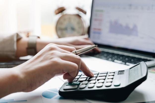 Nahaufnahme der buchhalter- oder finanzinspektorhände, die bericht erstellen, guthaben berechnen oder überprüfen.