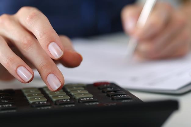 Nahaufnahme der buchhalterin oder bankierin, die berechnungen vornimmt. spar-, finanz- und wirtschaftlichkeitskonzept