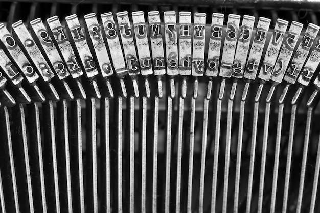 Nahaufnahme der buchstaben auf einer alten schreibmaschine