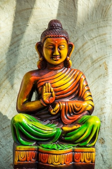 Nahaufnahme der bunten statue von buddha