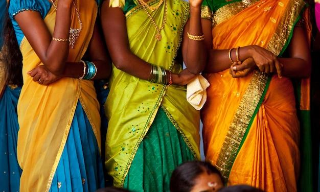 Nahaufnahme der bunten traditionellen stoffbeschaffenheit in sri lanka.
