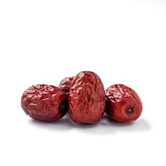 Nahaufnahme der chinesischen roten datteln (jujube) lokalisiert auf weißem hintergrund mit beschneidungspfad.