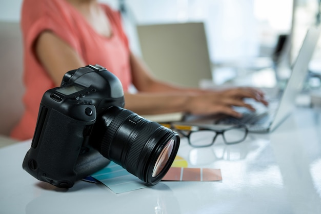 Nahaufnahme der digitalkamera auf dem tisch