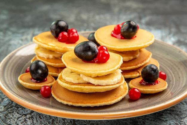 Nahaufnahme der einfachen hausgemachten obstpfannkuchen auf