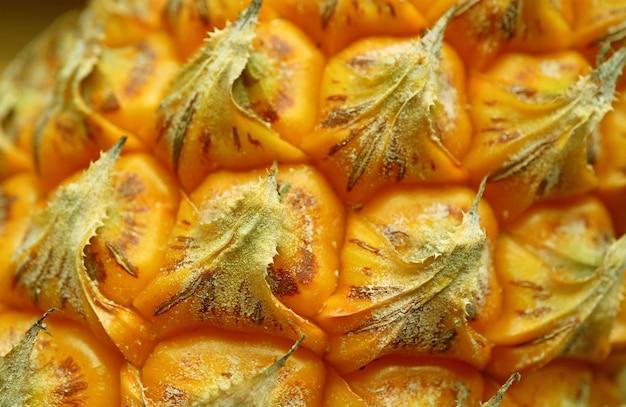 Nahaufnahme der einzigartigen textur von frischen reifen ananasaugen und -schalen für hintergrund und tapete