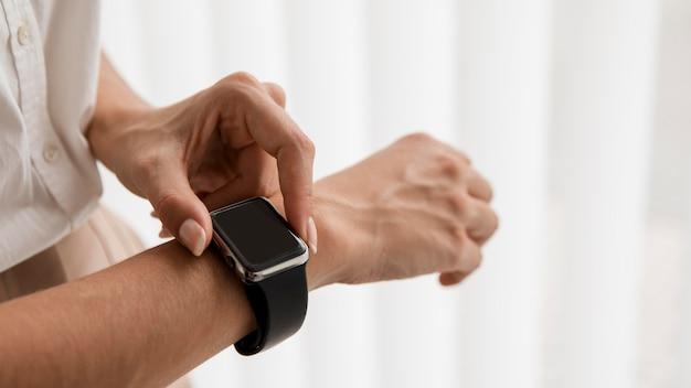 Nahaufnahme der eleganten geschäftsfrau mit smartwatch und kopierraum