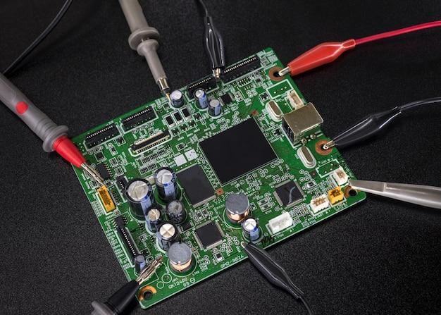 Nahaufnahme der elektronischen leiterplatte auf schwarzem