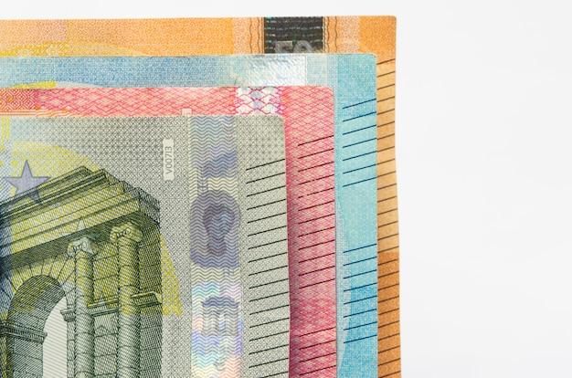 Nahaufnahme der euro-banknotenrechnung der europäischen währung geld. fünf, zehn, zwanzig und fünfzig scheine.