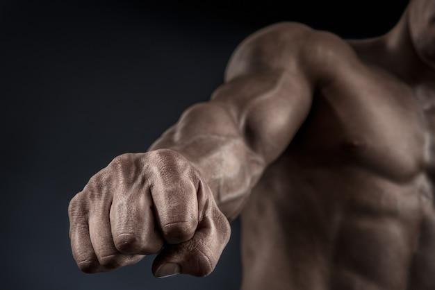 Nahaufnahme der faust eines mannes. starke und kraftvolle männerhand mit muskeln und venen.