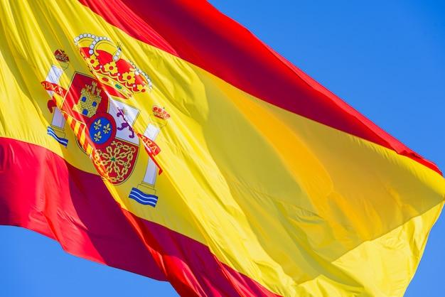 Nahaufnahme der flagge von spanien, das in den wind wellenartig bewegt.