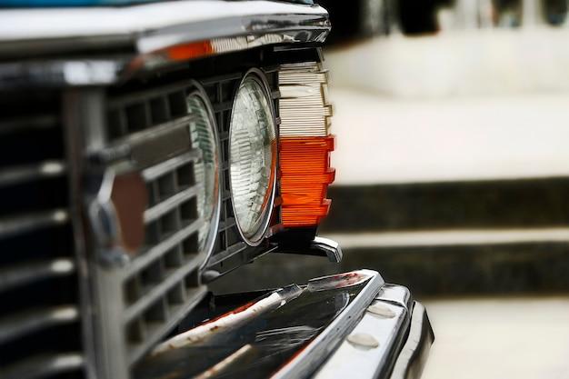 Nahaufnahme der fotografie des retro-autos. orange scheinwerfer.