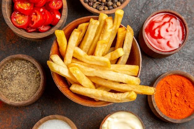 Nahaufnahme der französischen gebratenen kartoffel und der verschiedenen geschmacksrichtungen