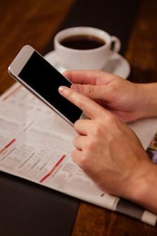 Nahaufnahme der frau, die einen smartphone verwendet