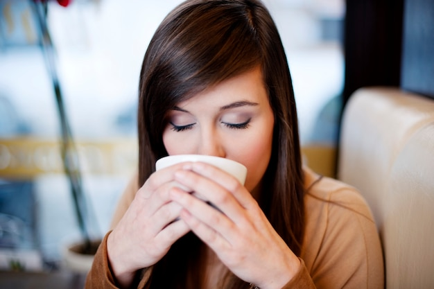 Nahaufnahme der frau, die kaffee trinkt